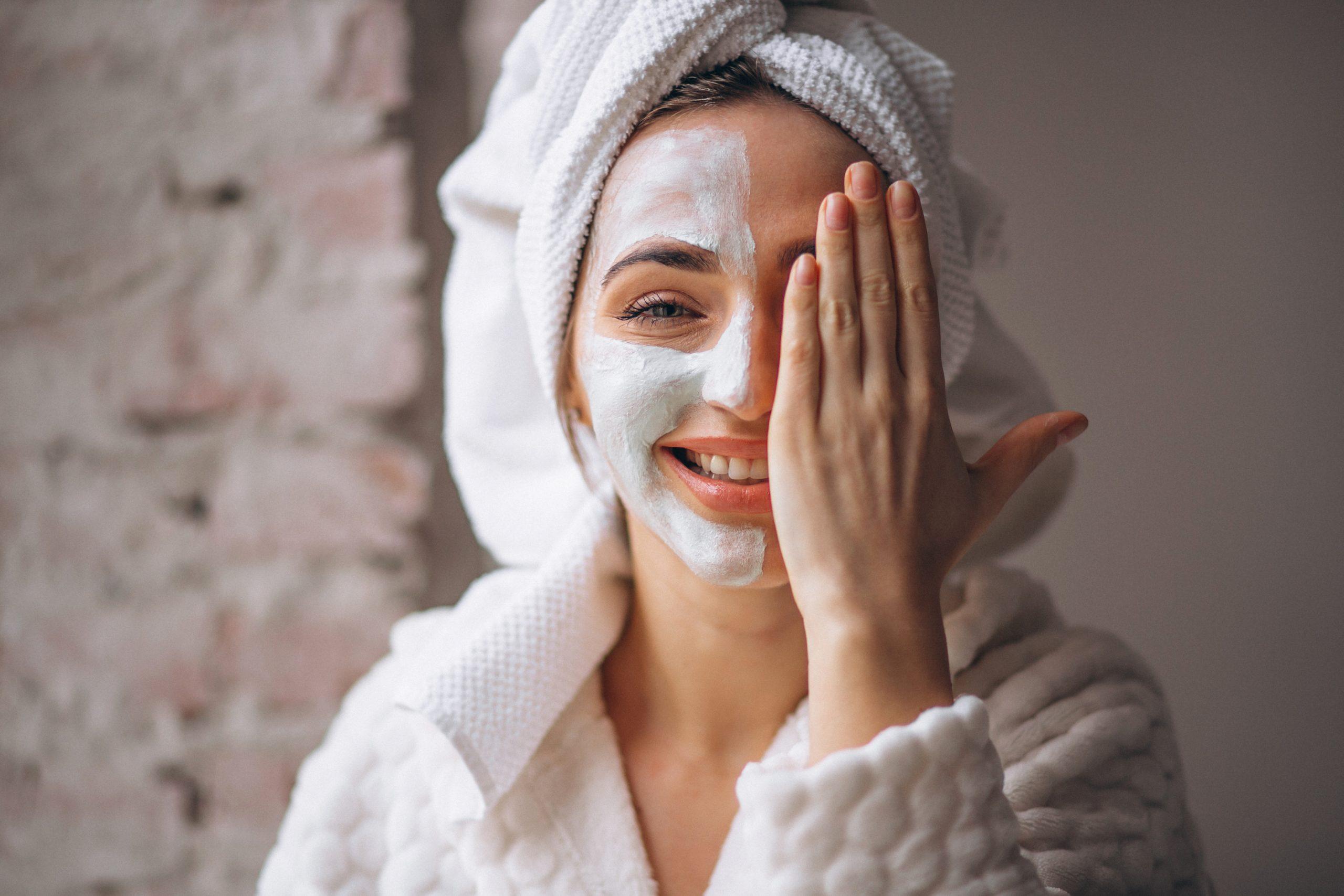 Dicas fáceis para cuidar da pele durante a quarentena