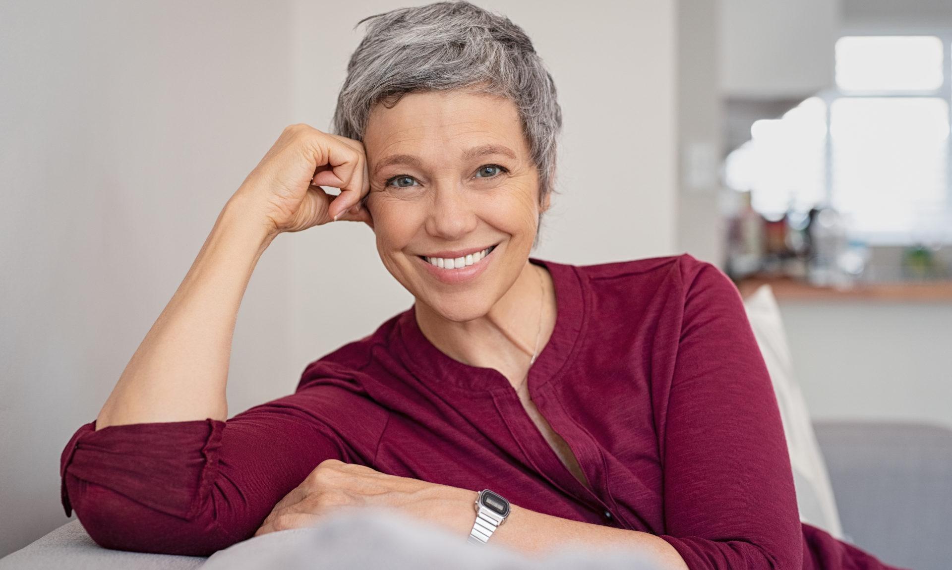 Raspar o cabelo e assumir os brancos: mulheres se libertam dos padrões
